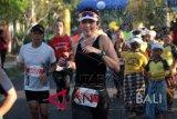 Seorang pelari mengikuti Maybank Bali Marathon 2018 di Gianyar, Bali, Minggu (9/9). Sekitar 10 ribu pelari dari 46 negara mengikuti ajang Bali Marathon 2018 yang dimenangkan oleh Cosmas Matolo Muteti asal Kenya dengan waktu 2 jam 15 menit 25 detik untuk kategori full marathon putra (42, 195 kilometer), dan Rebecca Jepchirchir Korir asal Kenya dengan waktu 2 jam 45 menit 29 detik untuk kategori putri. ANTARA FOTO/Septianda Perdana/wdy/2018