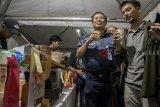 Kepala PT KAI Daop 2 Bandung Saridal (kiri) berbincang dengan seorang penumpang saat menikmati kopi gratis pada acara Ngopi Bareng KAI di Stasiun Bandung, Jawa Barat, Senin (10/9). Kegiatan yang dilaksanakan untuk menyambut peringatan ulang tahun ke-73 Kereta Api Indonesia tersebut dilaksanakan dengan kerjasama Komunitas Kopi Nusantara sebagai bentuk pelayanan pada penguna jasa Kereta serta pengenalan produk kopi nusantara. ANTARA JABAR/Novrian Arbi/agr/18