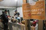 Pengunjung dan Penumpang menikmati kopi gratis yang disediakan pada acara Ngopi Bareng KAI di Stasiun Bandung, Jawa Barat, Senin (10/9). Kegiatan yang dilaksanakan untuk menyambut peringatan ulang tahun ke-73 Kereta Api Indonesia tersebut berkerjasama Komunitas Kopi Nusantara sebagai bentuk pelayanan pada pengguna jasa Kereta serta pengenalan produk kopi Nusantara. ANTARA JABAR/Novrian Arbi/agr/18