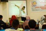Kepala Perum LKBN Antara Biro Maluku, John N. Sahusilawane memberikan pembekalan tentang jurnalistik kepada sejumlah peserta Siswa Mengenal Nusantara (SMN) 2018 di Ambon, Maluku, Rabu (15/8). Pembekalan tentang jurnalistik, foto jurnalistik dan video blog (Vlog) kepada 23 siswa SMA dan SMK serta siswa berkebutuhan khusus dari 11 kabupaten/kota di Maluku yang akan menjadi peserta SMN 2018 di provinsi Riau, diharapkan menjadi pemicu para siswa menyebarkan informasi tertangung jawab sekaligus menangkal berita bohong (hoax). ANTARA FOTO/Jimmy Ayal/18