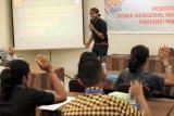 Pegiat media sosial, Vander Christian Soukotta memberikan pembekalan tentang video Blog (Vlog) kepada peserta Siswa Mengenal Nusantara (SMN) 2018 asal Maluku di Ambon, Rabu (15/8). Pembekalan tentang jurnalistik, foto jurnalistik dan Vlog kepada 23 siswa SMA dan SMK serta siswa berkebutuhan khusus dari 11 kabupaten/kota di Maluku yang akan diberangkatkan ke provinsi Riau, diharapkan menjadi pemicu para siswa menyebarkan informasi tertangung jawab sekaligus menangkal berita bohong (hoax). ANTARA FOTO/Jimmy Ayal/18
