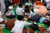 Keceriaan anak-anak dalam mengikuti perlombaan creativitas dari kemasan bekas karton minuman di Giant Ekstra Pondok Gede, Bekasi. (Megapolitan.Antaranews.Com/Foto: FSC Indonesia).