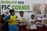 Anak-anak sekolah SDN Jatiwaringin 03 Pondo Gede sedang memperlihatkan hasil creativitas mereka dari kemasan bekas minuman karton kepada para pengunjung di Giant Ekstra Pondok Gede, Bekasi. (Megapolitan.Antaranews.Com/Foto: FSC Indonesia).