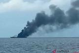 Asap membumbung dari kapal KRI Rencong-622 yang terbakar di perairan Sorong, Papua Barat, Selasa (11/9/2018). Penyebab kebakaran KRI Rencong-622 itu belum diketahui dan masih dalam penyelidikan lebih lanjut. (ANTARA FOTO/Dok Basarnas/OM/wpa/pras/foc)