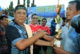 Gubernur Kalimantan Selatan H Sahbirin Noor menyerahkan tropi pada salah satutim sepak bola saat menutup Turnamen Sepak Bola Antar Kelurahan se-Kota Banjarbaru