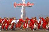 Penari gandrung menarikan tari kolosal di Pantai Boom, Banyuwangi, Jawa Timur, Sabtu (20/10/2018). Gelaran tari kolosal yang diperankan oleh 1.200 penari gandrung dengan tema