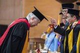 Rektor UPI Asep Kadarohman (kanan) melakukan prosesi pemberian gelar kehormatan doktor HC kepada Menteri Perdagangan Enggartiasto Lukita (kiri) di sela-sela Dies Natalis ke-64 Universitas Pendidikan Indonesia (UPI), Bandung, Jawa Barat, Kamis (18/10/2018). Universitas Pendidikan Indonesia memberikan gelar kehormatan doktor honoris causa (Dr HC) kepada Enggartiasto Lukita dalam bidang Pendidikan Kewirausahaan dari Universitas Pendidikan Indonesia (UPI) atas kiprahnya di bidang wirausaha. ANTARA JABAR/M Agung Rajasa/agr.