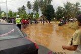 Banjir masih merendam jalan Simpang Empat-Ujung Gading, akses transportasi masih lumpuh