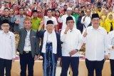 Ma'ruf Amin dapat buah tangan mandau di Kalimantan Tengah