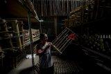 Pekerja menyelesaikan proses pembuatan angklung di Saung Angklung Udjo, Bandung, Jawa Barat, Minggu (21/10/2018). Data Badan Perencanaan Pembangunan Nasional, Badan Pusat Statistik, dan United Nation Population Fund, memprediksi jumlah pelaku usaha mikro, kecil, dan menengah (UMKM) di Indonesia pada 2018 sebanyak 58,97 juta orang. ANTARA JABAR/Raisan Al Farisi/agr.