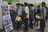 Sejumlah calon pelamar kerja melamar pekerjaan pada Job Fair di Gedung Sukapura, Kota Tasikmalaya, Jawa Barat, Jumat (19/10/2018). Badan Pusat Statistik menyatakan, jumlah penduduk bekerja pada triwulan I pada tahun 2018 sebanyak 127,07 juta orang, diantaranya lapangan pekerjaan pada sektor Pertanian, Kehutanan dan Perikanan persentasenya sebesar 30,46 persen, sektor Perdagangan sebesar 18,53 persen atau sebanyak 23,55 juta orang, sedangkan sektor Industri Pengolahan sebesar 14,11 persen atau sebanyak 17,92 juta orang. ANTARA JABAR/Adeng Bustomi/agr.