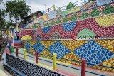 Pemandangan di Jurang Pelangi, Warudoyong, Sukabumi, Jawa Barat, Kamis (18/10/2018). Proyek percontohan nasional pembangunan Jurang Pelangi yang dimulai sejak 2016 lalu dengan anggaran biaya dari Kementerian PUPR sebesar Rp1,5 miliar tersebut akan rampung pada awal November 2018. ANTARA JABAR/Nurul Ramadhan/agr.
