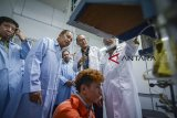 Menteri Riset, Teknologi dan Pendidikan Tinggi Mohamad Nasir (kedua kiri) meninjau laboratorium teknik reaksi kimia saat kunjungan kerja di ITB, Bandung, Jawa Barat, Kamis (11/10). Dalam kunjungan kerja tersebut, Mohamad Nasir meresmikan Industri Katalis Pendidikan pada Program Studi Teknik Kimia, Fakultas Teknik Industri ITB terkait dengan program penguatan inovasi yang diperoleh TRK ITB sejak tahun 2017. ANTARA JABAR/Raisan Al Farisi/agr/18