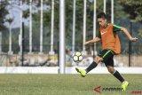 Pesepak bola Timnas Indonesia U-19 Egy Maulana Vikri mengikuti latihan di Lapangan A Senayan, Jakarta, Sabtu (20/10/2018). Latihan tersebut untuk persiapan jelang bertanding melawan Timnas Qatar dalam laga penyisihan Grup A Piala Asia U-19 di Stadion Gelora Bung Karno pada Minggu (21/10). ANTARA FOTO/Hafidz Mubarak A/wsj.
