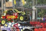 Pasangan pembalap offroad Kundhi/Sudarmanto dari Begundal Squad melewati tumpukan bangkai mobil saat mengikuti Super Adventure Monster Road Putaran 3 di Serang, Banten, Sabtu (20/10/2018). Kejuaraan eksebisi yang mempertontonkan atraksi ekstrim itu diikuti 43 pasangan pembalap dari berbagai daerah di Indonesia. ANTARA FOTO/Asep Fathulrahman/wdy/2018