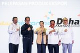 Menteri BUMN Rini Soemarno (tengah) didampingi Direktur Utama PT Len Industri Zakky Gamal Yasin (kanan), Direktur Utama Bio Farma M. Rahman Roestan (kiri), Direktur Utama PT Pindad Abraham Mose (kedua kanan) dan Direktur Utama PT DAHANA (Persero) Budi Antono (kedua kiri) foto bersama seusai peluncuran produk ekspor saat pameran produk-produk inovasi karya anak bangsa di Kantor LEN, Bandung, Jawa Barat, Rabu (31/10/2018). Dalam rangka kemandirian energi dan menjaga kedaulatan negara, BUMN PT Len Industri, Biofarma, Pindad, Dahana meluncurkan produk inovasi terbaru karya anak bangsa diantaranya LenSolar,Len Rescue dan melepas produk-produk ekspor ke luar negeri.  ANTARA JABAR/M Agung Rajasa/agr.