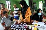 Petugas medis melakukan pengecekan kondisi kesehatan korban banjir saat pengobatan gratis di Desa Cot Amun, Samatiga, Aceh Barat, Aceh, Jumat (19/10). Pengobatan warga korban banjir terutama lansia, anak-anak dan balita yang mayoritas diserang penyakit, flu, batuk, demam dan gatal-gatal. (Antara Aceh/Syifa Yulinnas/18)