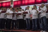 Ketua Tim Kampanye Nasional Jokowi-Ma'ruf Amin, Erick Thohir (kiri) memimpin pembacaan pernyataan janji pendukung saat acara Pengukuhan Tim Kampanye Daerah Jawa Barat dan Konsolidasi Pemenangan Jokowi-Ma'ruf Amin di Grand Asrilia Hotel, Bandung, Jawa Barat, Minggu (14/10). Tim Kampanye Daerah Jawa Barat tersebut siap menjaga lumbung suara dan memenangkan pasangan Capres dan Cawapres nomor urut 01 Joko Widodo-Ma'ruf Amin pada pilpres 2019 mendatang. ANTARA JABAR/Novrian Arbi/agr/18.