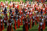 Penari gandrung berlatih menari kolosal di Stadion Diponegoro, Banyuwangi, Jawa Timur, Minggu (7/10). Latihan tari yang diikuti 1.200 penari gandrung itu, sebagai persiapan festival gandrung sewu yang akan digelar pada 20 oktober di Pantai Boom Banyuwangi. Antara Jatim/Budi Candra Setya/mas/18.