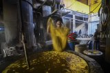 Pekerja melakukan pembuatan tahu di rumah produksi tahu dan tempe Nono, Bandung, Jawa Barat, Rabu (24/10/2018). Data Angka Ramalan I BPS-Kementerian Pertanian 2018 mencatat produksi kedelai nasional mencapai 982.598 ton Biji Kering (BK) atau naik sebesar 443.870 ton BK (82,39%) dibandingkan dengan periode yang sama di tahun 2017 sebesar 538.728 ton BK.  ANTARA JABAR/Raisan Al Farisi/agr.