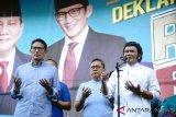 Calon Waki Presiden nomor urut 2 Sandiaga Uno (kiri ) Ketua MPR Zulkifli Hasan (tengah) dan Rhoma Irama (kanan) berdoa bersama saat Deklarasi Relawan Rhoma Irama untuk Prabowo - Sandi, di Soneta Record, Jalan Tole Iskandar Sukmajaya Depok, Jawa Barat, Minggu (28/10/2018). Deklarasi tersebut dihadiri relawan Rhoma Irama seluruh Indonesia. ANTARA FOTO/Kahfie kamaru/ama.