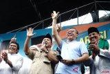 Calon Presiden nomor urut 2 Prabowo Subianto (kedua kiri) berbicara disaksikan Musisi Dangdut Rhoma Irama (kiri), Ketua MPR Zulkifli Hasan (kedua kanan) saat Deklarasi Relawan Rhoma Irama untuk Prabowo - Sandi di Soneta Record, Jalan Tole Iskandar Sukmajaya Depok, Jawa Barat, Minggu (28/10/2018). Deklarasi tersebut dihadiri relawan Rhoma Irama seluruh Indonesia .ANTARA FOTO/ Kahfie kamaru/ama.
