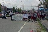 Dua murid SD ini terlantar usai ikut demo