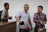 Terdakwa mantan Kepala Dinas Kelautan, Perikanan dan Pertanian (DKPP) Pemkot Lhokseumawe, Aceh, Rizal (tengah) bersama penasehat hukumnya bergegas meninggalkan ruang seusai menghadiri sidang lanjutan dengan agenda mendengarkan keterangan saksi dalam kasus korupsi pengadaan ternak fiktif di pengadilan Tipikor, Banda Aceh, Senin (22/10/2018). Sidang lanjutkan tersebut menghadirkan 15 saksi dengan terdakawa Kepala DKPP Pemkot Lhokseumawe, Aceh, Rizal bersama dua Pejabat Pembuat Komitmen (PPK) daerah itu untuk diminta keterangan terkait dugaan korupsi  pengadaan ternak fiktif dari anggaran APBK tahun 2014 sebesar Rp14, 5 miliar dengan kerugian negara Rp8,1 miliar. (Antara Aceh/Ampelsa)