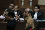 Mantan Kepala Pusat Pelaporan dan Analisis Transaksi Keuangan (PPATK) Yunus Husein (kanan) dan Auditor Badan Pengawas Keuangan dan Pembangunan (BPKP) Suaedi (kiri) memberi kesaksian dalam sidang lanjutan kasus korupsi KTP elektronik Irvanto Hendra Pambudi Cahyo dan Made Oka Masagung di Pengadilan Tipikor, Jakarta, Selasa (9/10/2018). Sidang tersebut beragendakan mendengarkan keterangan saksi ahli yang dihadirkan Jaksa Komisi Pemberantasan Korupsi (KPK). ANTARA FOTO/Reno Esnir/foc.