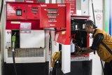 Pengawas Kemetrologian Kementerian Perdagangan memeriksa pompa ukur bahan bakar minyak saat sidak di SPBU, Bandung, Jawa Barat, Jumat (19/10/2018). Dalam sidak tersebut Direktorat Jenderal Perlindungan Konsumen dan Tertib Niaga Kementerian Perdagangan menemukan alat tambahan pada pompa ukur bahan bakar minyak berupa rangkaian elektronik atau Prited Circuit Board (PCB) guna memanipulasi jumlah BBM yang dikeluarkan. ANTARA JABAR/M Agung Rajasa/agr.