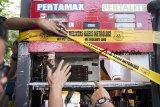 Pengawas Kemetrologian Kementerian Perdagangan menunjukan alat tambahan pada pompa ukur bahan bakar minyak saat sidak di SPBU Kiaracondong, Bandung, Jawa Barat, Jumat (19/10/2018). Dalam sidak tersebut Direktorat Jenderal Perlindungan Konsumen dan Tertib Niaga Kementerian Perdagangan menemukan alat tambahan pada pompa ukur bahan bakar minyak berupa rangkaian elektronik atau Prited Circuit Board (PCB) guna memanipulasi jumlah BBM yang dikeluarkan. ANTARA JABAR/M Agung Rajasa/agr.