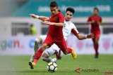 Pesepak bola Timnas Indonesia U19 Egy Maulana Vikri (kiri) menggiring bola dibayangi pesepak bola Timnas Yordania U19 Hadi Omar Ahmed dalam pertandingan persahabatan di Stadion Wibawa Mukti, Cikarang Timur, Jawa Barat, Sabtu (13/10/2018). Timnas Indonesia U19 menang 3-2. ANTARA FOTO/Sigid Kurniawan/kye