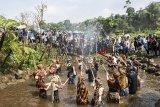 Sejumlah anak mengikuti upacara adat Irung-irung (membersihkan mata air) saat Festival Cihideung, Parongpong, Kabupaten Bandung Barat, Jawa Barat, Sabtu (20/10/2018). Kegiatan tersebut merupakan bentuk rasa syukur atas melimpahnya air untuk kesuburan tanah dan gerakan mengajak masyarakat untuk menjaga keberadaan mata air. ANTARA JABAR/M Agung Rajasa/agr.