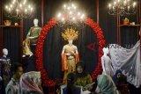 Pengunjung mencari informasi di salah satu stan vendor pernikahan pada Wedding Festival di Pusat Dakwah Islam (Pusda'i), Bandung Jawa Barat, Jumat (12/10). Wedding Festival yang diikuti ratusan vendor pernikahan dengan konsep kekinian dan tradisional tersebut untuk memajukan pasar fesyen pernikahan lokal agar dapat bersaing dengan pasar luar negeri. ANTARA JABAR/Raisan Al Farisi/agr/18