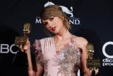 Hadiri Golden Globe, Taylor Swift membuat kejutan