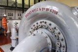 Petugas mengoperasikan mesin turbin Pembangkit Listrik Tenaga Air (PLTA) Bengkok, Bandung, Jawa Barat, Jumat (19/10/2018). PLTA Bengkok merupakan pembangkit listrik tenaga air peninggalan Belanda yang masih beroperasi mengalirkan listrik untuk warga Bandung dan sekitar dengan kapasitas 3,2 megawatt. ANTARA FOTO/M Agung Rajasa/ama.