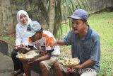 Wawako Palembang bagikan 500 porsi makanan untuk fakir miskin