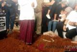 Ratusan kerabat antar pemakaman jenazah istri Indro Warkop