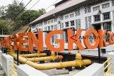 Petugas memeriksa pipa saluran air di Pembangkit Listrik Tenaga Air (PLTA) Bengkok, Bandung, Jawa Barat, Jumat (19/10/2018). PLTA Bengkok merupakan pembangkit listrik tenaga air peninggalan Belanda yang masih beroperasi mengalirkan listrik untuk warga Bandung dan sekitar dengan kapasitas 3,2 megawatt. ANTARA JABAR/M Agung Rajasa/agr.