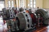 Petugas mengoperasikan mesin turbin Pembangkit Listrik Tenaga Air (PLTA) Bengkok, Bandung, Jawa Barat, Jumat (19/10/2018). PLTA Bengkok merupakan pembangkit listrik tenaga air peninggalan Belanda yang masih beroperasi mengalirkan listrik untuk warga Bandung dan sekitar dengan kapasitas 3,2 megawatt. ANTARA JABAR/M Agung Rajasa/agr.