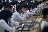 Ribuan peserta mengikuti Seleksi Kompetensi (SKD) menggunakan sistem Computer Assited Tes (CAT) CPNS secara serantak di Gedung Serbaguna Balai Kota Tasikmalaya, Jawa Barat, Jumat (26/10/2018). Badan Kepegawaian Negara (BKN) menyatakan jumlah peserta lolos tahap verifikasi administasi CPNS tahun anggaran 2018 mencapai 2.592.348. ANTARA JABAR/Adeng Bustomi/agr.