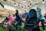 Begini cara dorong stroller yang benar agar punggung tidak sakit