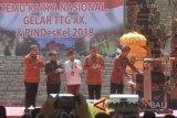 Presiden Joko Widodo (kanan) memukul kentongan disaksikan Menteri Sekretaris Negara Pratikno (kedua kiri), Menteri Dalam Negeri Tjahjo Kumolo (kedua kanan), Menteri Desa PDTT Eko Putro Sandjojo (kiri) dan Gubernur Bali I Wayan Koster (tengah) saat kegiatan pembukaan Temu Karya Nasional Gelar Teknologi Tepat Guna (TTG) XX dan Pekan Inovasi Perkembangan Desa/Kelurahan (PINDesKel) 2018 di Garuda Wisnu Kencana, Badung, Bali, Jumat (19/10/2018). Kegiatan yang diselenggarakan Ditjen Bina Pemerintahan Desa Kemendagri dan Kementerian Desa PDTT tersebut bertujuan untuk mencari inovator dalam pengembangan teknologi tepat guna di daerah sehingga dapat menghasilkan produk yang bernilai dan berdaya saing. ANTARA FOTO/Fikri Yusuf/wdy/2018