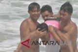 Sejumlah peserta melakukan pertolongan pertama kepada korban tenggelam saat kegiatan pelatihan penyelamatan pantai di Pantai Kuta, Bali, Sabtu(27/10/2018). Pelatihan tersebut bertujuan untuk melatih kemampuan anggota Badan Penyelamat Wisata Tirta (Balawista) dalam memberikan pertolongan pertama kepada wisatawan yang tenggelam maupun mengalami kecelakaan lain di wilayah pantai. ANTARA FOTO/Fikri Yusuf/wdy/2018