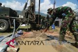 TNI AD membuat sumur bor di huntara kelurahan Duyu