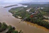 Foto diudara Jembatan Pasanggrahan atau jembatan Pansel Jabar yang ambruk diterjang arus sungai akibat banjir bandang di Desa Cipatujah, Kabupaten Tasikmalaya, Jawa Barat, Kamis (8/11/2018). Kementerian PUPR memasang jembatan beily atau jembatan sementara yang menghubungkan jalur Tasikmalaya dengan Garut yang ditargetkan selesai lima sampai enam hari. ANTARA JABAR/Adeng Bustomi/agr.