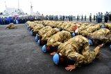 Sejumlah prajurit TNI AL yang tergabung dalam Satgas Maritim Task Force (MTF) Konga XXVIII.J UNIFIL melakukan sujud syukur ketika tiba di Dermaga Ujung Koarmada II Surabaya, Jawa Timur, Kamis (8/11/2018). Satgas yang dipimpin oleh Komandan KRI Usman Harun-359 Kolonel Laut (P) Alan Dahlan tersebut kembali dalam jajaran Koarmada II usai mengemban misi perdamaian dunia selama setahun. Antara Jatim/M Risyal Hidayat/ZK