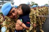 Seorang prajurit TNI AL yang tergabung dalam Satgas Maritim Task Force (MTF) Konga XXVIII.J UNIFIL dicium anaknya ketika tiba di Dermaga Ujung Koarmada II Surabaya, Jawa Timur, Kamis (8/11/2018). Satgas yang dipimpin oleh Komandan KRI Usman Harun-359 Kolonel Laut (P) Alan Dahlan tersebut kembali dalam jajaran Koarmada II usai mengemban misi perdamaian dunia selama setahun. Antara Jatim/M Risyal Hidayat/ZK