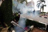 Petugas melakukan pengasapan (fogging) untuk membasmi nyamuk Aedes aegypti di kawasan Jalan Soekarno-Hatta, Aceh Besar, Aceh, Minggu (11/11/2018). Fogging yang dilakukan pada musim penghujan untuk mencegah terjadinya demam berdarah dengue (DBD). (ANTARA FOTO/Irwansyah Putra/aww)