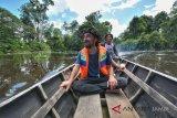 Wisatawan didampingi pemandu menyusuri jalur sungai dalam kawasan Taman Nasional Berbak Sembilang (TNBS) di Sungai Rambut, Tanjungjabung Timur, Jambi, Senin (5/11/2018). Wisata susur sungai di TNBS yang merupakan kawasan konservasi hutan rawa terluas di Asia Tenggara, mencapai 142.750 hektare tersebut kian diminati wisatawan dalam dan luar negeri. ANTARA FOTO/Wahdi Septiawan/nz.